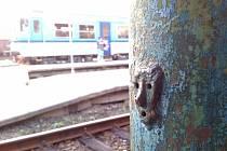 Krnovské nádraží na jednom z kovových sloupů na nástupišti nabízí cestujícím tuto streetartovou verzi slavného obrazu Výkřik.