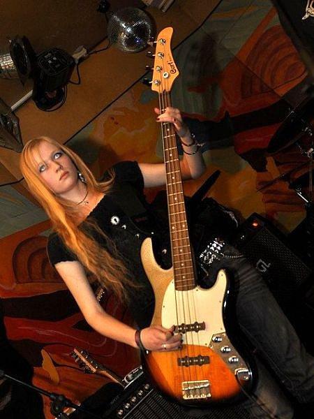 Devatenáctiletá baskytaristka skupiny Morfetamin Adél Navrátilová je jednou z mála žen, které se pohybují na metalové scéně.