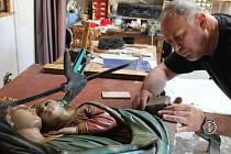 Panna Marie s Ježíškem. To je dílo, na jehož renovaci pracuje na sklonku srpna bruntálský řezbář František Nedomlel.
