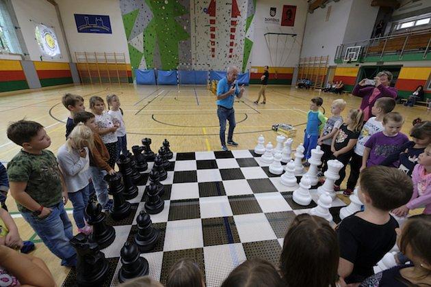 Šachový trenér Karel Handlíř se věnuje především dětem a mládeži.
