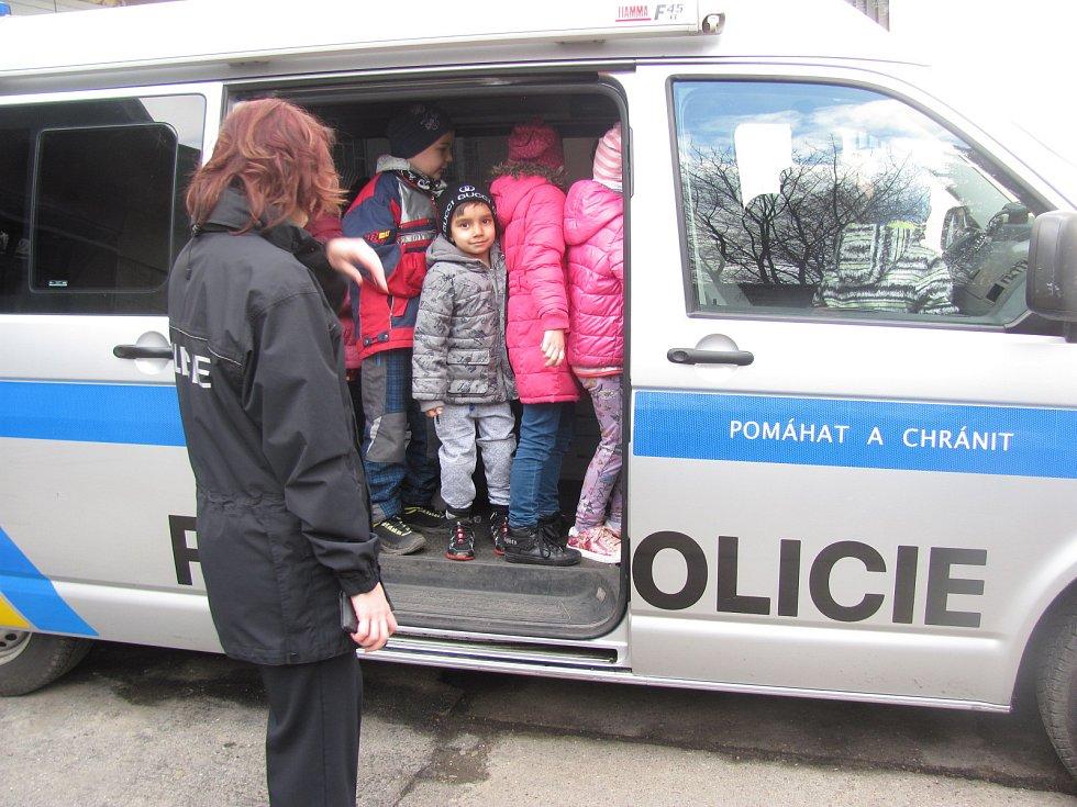 Děti ze čtyř mateřských škol v Krnově dnes navštívily budovu obvodního oddělení Krnov a seznámily s prací policistů. Poslechly pohádku a prohlédly různé pomůcky. Také mohly nastoupit do policejního vozu.
