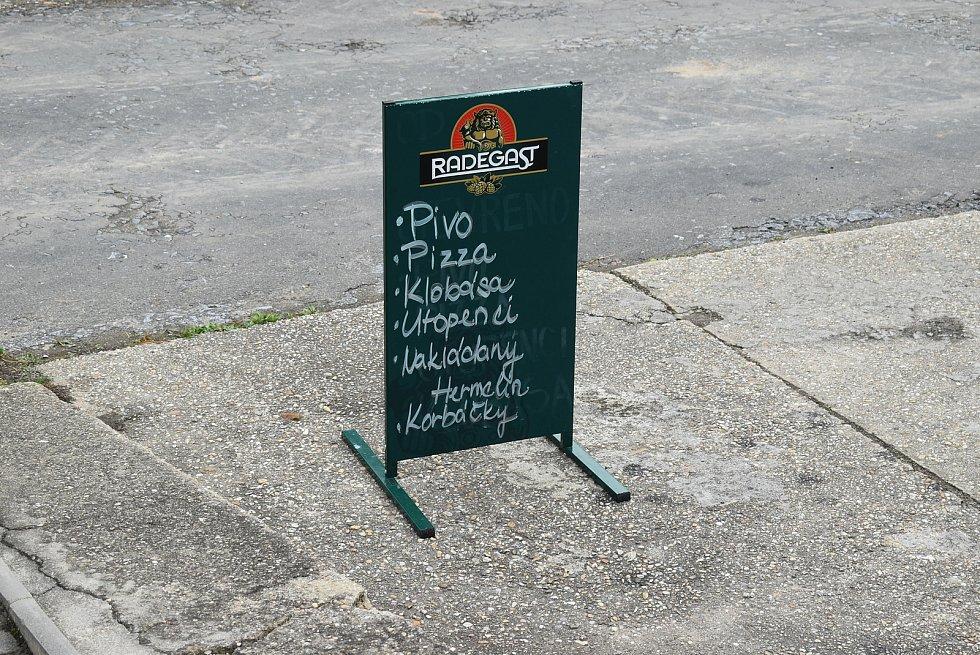 Restaurace Třináctka v neděli obsloužila poslední hosty, dotočila pivo, a v pondělí 12. října 2020 zavřela. Zkrácení otvírací doby pro ekonomiku vesnické restaurace představuje stejně vážný  problém, jako nařízení úplného uzavření.