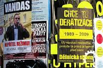 Černý výlep plakátů v Krnově propaguje Dělnickou stranu a vebové stránky jejího lídraTomáše Vandase. Ten připouští, že jde o propagační materiály DS, ale o nelegálním výlepu prý nic neví.