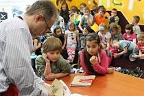 Ondřej Müller v městské knihovně v Břidličné vysvětlil, co je v takovém nakladatelství dětské knihy nejdůležitější, a jak knížky vznikají.