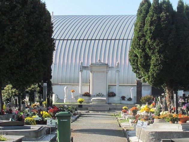Krnovský hřbitov je vtěchto dnech je plný květin, věnců a svíček. Město se stará, aby sem pozůstalí rádi chodili celoročně.