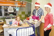 Dětem, které musí letos trávit předvánoční čas v nemocnici, udělají darované hračky jistě radost. Stejně, jako loni, kdy si holčička mohla vybrat z koše plného dárků knížku, plyšáka nebo třeba pastelky.