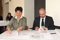 Memorandum o spolupráci podepisují starostka Osoblahy Dagmar Machaňová a Martin Šimáček, ředitel vládní Agentury pro sociální začleňování.