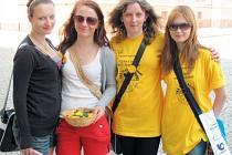 Boj proti rakovině je možné každoročně podpořit zakoupením žluté kytičky. V Krnově je nabízely také studentky Střední zdravotní školy v Krnově. Na snímku zleva jsou Pavla Klimentová, Veronika Švecová, Karolína Šilinková a Lucie Vaverová.