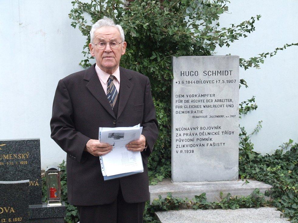 Kurt Schmidt získal důvěru a respekt českých partnerů, a výrazně zasloužil se o překonání starých křivd mezi původními a současnými obyvateli Krnovska. Dnes převezme Cenu města Krnova za své zásluhy.