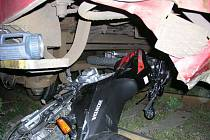 Motorka zůstala zapříčená pod vlakem.