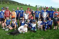 ÚČASTNÍCI LETOŠNÍHO ZÁVODU OKOLO DRAKOVA. Cyklisté vrbenského oddílu ACS Drak Vrbno jeli tradiční závod už posedmadvacáté. Třetí stojící zleva je letošní vítěz Tanas Markos, který už hájí barvy Sparty.