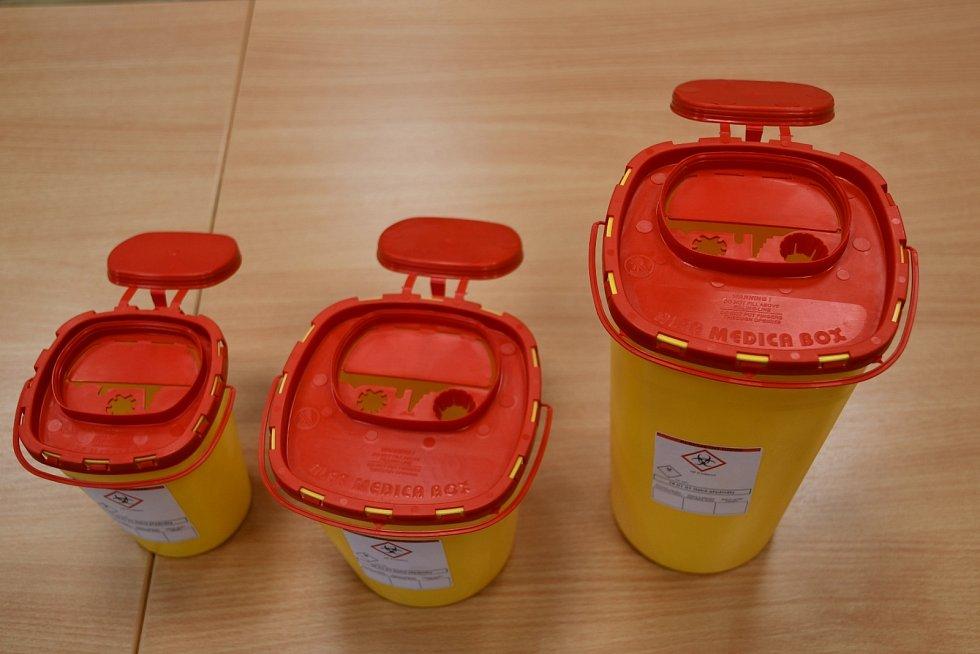 Zdravotnické nádoby od bruntálské společnosti Alfa Plastik mají všechny potřebné certifikáty a jsou určeny pro skladování infekčního a vysoce nebezpečného materiálu. Nyní vnich budou končit použité injekce zočkování proti Covid-19.