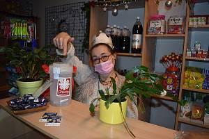 Věra Hlavíková z bruntálské Pekárny Bílčice může zákazníkům nabídnout kromě chleba i  kasičku Tříkrálové sbírky.  Klidně si nasadí korunku a dárcům  zazpívá koledu přes roušku.