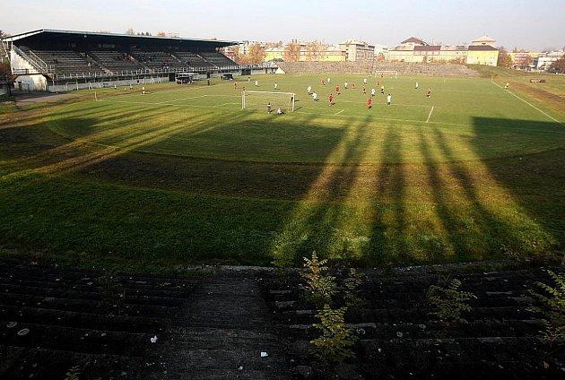 Fotbalový areál FC Ostrava-Jih definitivně dosloužil. První listopadovou sobotu se pod hlavní tribunou odehrál poslední zápas domácího celku, který se v I.B třídě rozešel bez branek v derby se Sokolem Hrabová.