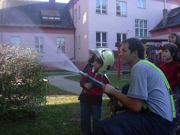 Děti byly z návštěvy hasičů nadšeny.