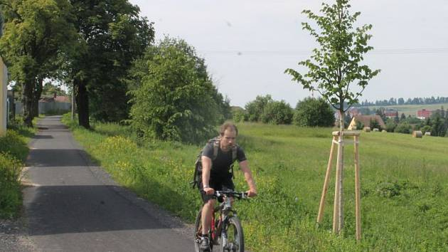 Novou stezku lemující frekventovanou silnici v bruntálské Zahradní ulici nechalo město vystavět kvůli bezpečnosti chodců a cyklistů.