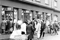 Výběrová prodejna ESO na ulici Svatopluka Čecha v obležení přihlížejících.