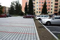 Na krnovském Sídlišti pod Cvilínem zapomněli architekti vyprojektovat dostatek parkovacích míst. Zoufalí řidiči parkovali, kde se dá, třeba na trávě. Úlevu až nyní přinesly nové parkovací plochy.