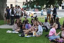 Obytný trávník ve Smetanových sadech Krnované dlouho neuměli využívat. Nechápali vizi, že trávník je pozvánkou na piknik ve stínu stromů. Studenti gymnázia  Hippie piknikem ukázali jak má obytný trávník sloužit.