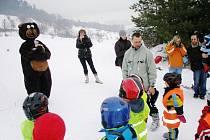 Méďa, maskot krnovského střediska volného času, se také vypravil na svah s lyžemi. Radost z neobvyklého instruktora měly hlavně nejmenší děti.