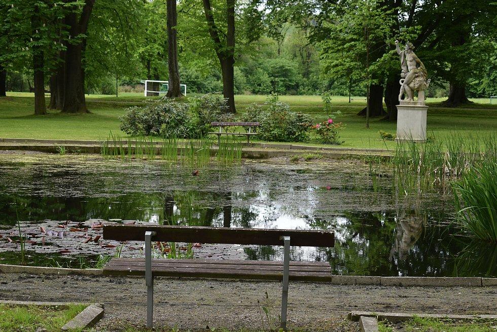 Ozdobou zámeckého parku v Branticích je barokní sousoší Herkula s Nemejským lvem.