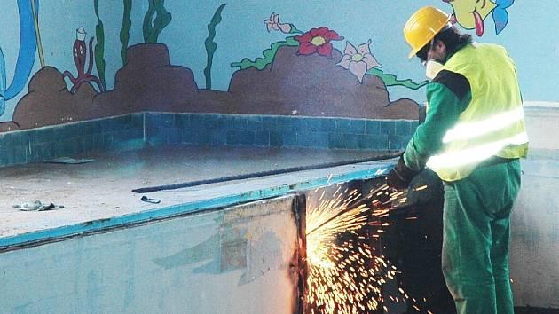 Stavební dělníci se v rámci rekonstrukce pustili do likvidace starých ocelových van bruntálského bazénu.