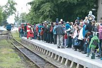 Nádraží v Třemešné je při jízdách parního vlaku zaplněno desítkami výletníků. Pokud si někdo na nádraží potřeboval odskočit, čekalo ho jen marné lomcování zamčenými dveřmi WC. V sobotu na Den dráhy se po několika letech toalety zase otevřou.