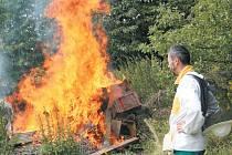 """Včelí mor je postrachem všech včelařů, protože jedinou """"léčbou"""" je oheň. Jan Gemela z Lichnova sice musel spálit své úly, ale navzdory této ráně už usilovně pracuje na obnově své včelnice v jiné lokalitě. Začne s novými úly a jinými včelami."""