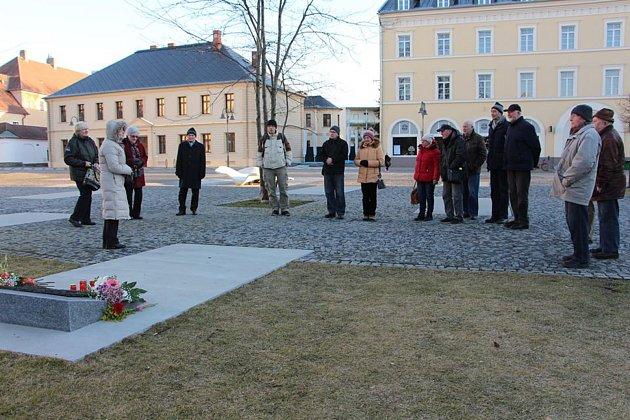 PIETNÍ AKT ukrnovského památníku obětem válek a násilí za oběti komunistické ideologie.  Po něm následovala mše a přednáška Vojtěcha Vlčka.