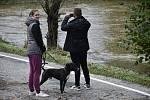 Úvalno obklopují laguny i voda z rozlité řeky Opavy. Zatímco čeští hasiči odčerpávali vodu, jejich polští kolegové si vysloužili přezdívku  rafťáci.
