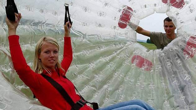 Zorbing. Letní turistická atrakce zorbing funguje na Ramzové od roku 2009.