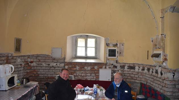 V HOLČOVICÍCH se setkali v sakristii šéf party řemeslníků Jan Pečinka a farář Pavel Zachrla. Byla radost naslouchat jejich povídání o kostelech, které tak dobře znají.