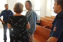 Stanislav Hesse před soudem. Neustále obtěžoval bývalou manželku, která se ho nemohla zbavit. Kvůli jeho pronásledování raději doma nesvítila ani nepouštěla televizi.