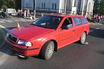Opel na střeše skončil po srážce u rybníka v Bruntále 10. května. Řidiči se nemohli dohodnout, na čí straně je chyba, a tak policie hledá svědky.