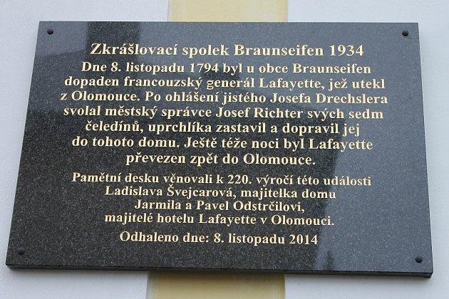 Pamětní desku umístili vobci Ryžoviště nadšenci na budovu, vníž byl před dvě stě dvaceti lety vězněn generál Lafayette před transportem do Olomouce.