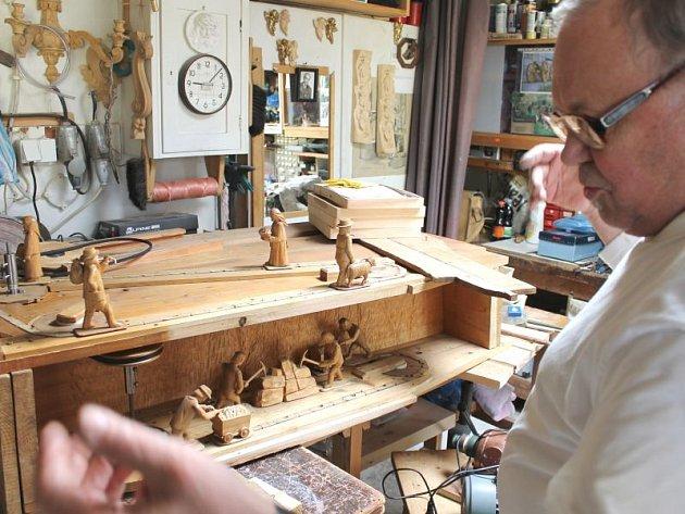 František Nedomlel každoročně mamutí betlémy obohacuje o nové prvky, figurky, nástroje i stavby, většinou všechny pohyblivé. Ani letošní rok nebyl výjimkou. Mohelnický betlém se rozrostl o kovárnu, bruntálský o havírnu.