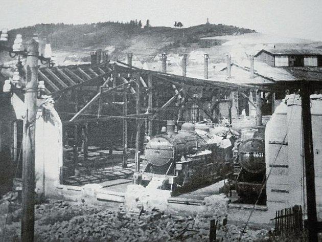 Bombardování Krnova americkým letectvem 12. prosince 1944 bylo dílem náhody. Krnov byl pro malou skupinu bombardérů pouze jedním ze záložních cílů. Lokomotivní depo s Mohylou v pozadí je i dnes známé krnovské zákoutí.