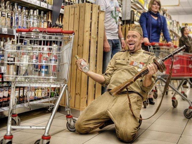 U nakupujících vyvolával komik Miloš Knor v uniformě sovětského vojáka zděšení, u jiných salvy smíchu. Ruský voják v jeho podání je symbolem květnového osvobození v roce 1945.