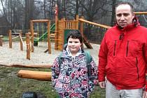 Školák Jakub Červenka s moráveckým starostou Ondřejem Holubem před novými hracími prvky v části obce při výjezdu k Dolní Moravici.