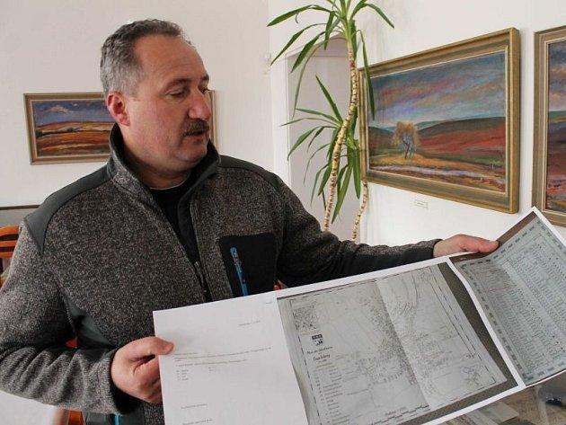 Andělskohorský starosta Miroslav Novotný s historickou mapou města, kterou poskytli do tamního muzea němečtí starousedlíci, které po druhé světové válce vysídlili ze Sudet.