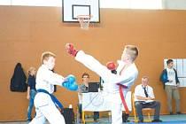 Bruntálská naděje v karate Filip Dvořák kope mawaši geri.