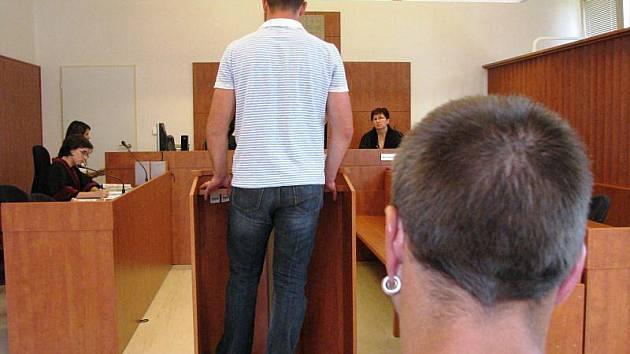 Vyhazovač rýmařovského klubu (uprostřed) soudu popisoval, jak hned na omak zjistil, že mu dává Marcel N. (vpravo) na rozměnění falešnou tisícikorunu.
