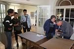 George Doupas je významný fotograf a krnovský rodák, který se usadil v Číně. Čínský filmový štáb točí dokument o jeho návštěvě Krnova, kde právě zahájil výstavu ve Flemmichově vile.