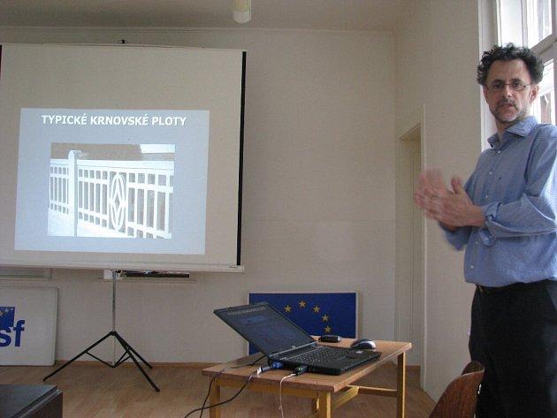 Architekt Petr Ondruška při přednášce lidem promítl obrázky starých typických krnovských betonových plotů.