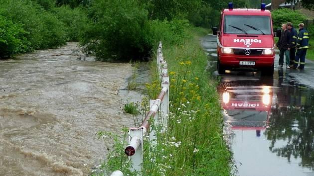Starosta Luděk Volek i za silného deště monitoroval řeky a potoky na Albrechticku.