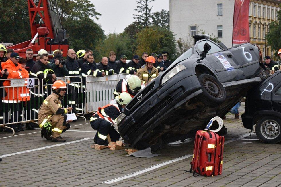 Dobrovolní hasiči z Vrbna pod Pradědem reprezentovali Moravskoslezský kraj v celorepublikové soutěži ve vyprošťování osob z vraku auta.