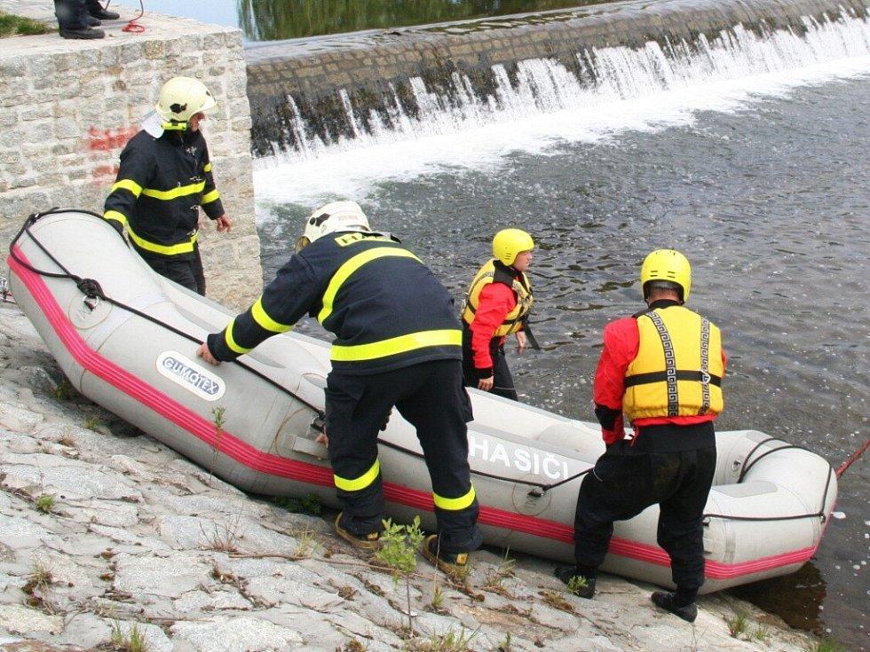 Záchranu tonoucího nacvičovali hasiči Moravskoslezského kraje v reálných podmínkách na krnovském splavu, kde se už odehrálo několik skutečných případů tonutí i utonutí
