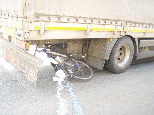 Nehoda vkrnovské části Pod Cvilínem se stala po jedenácté hodině. Nákladní automobil se střetl scyklistkou, vezoucí mléko, její kolo skončilo pod vozidlem.