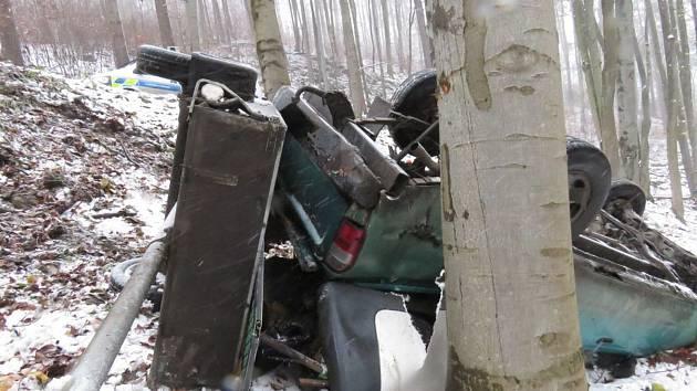 Auto se dostalo smyk a zřítilo se ze srázu. Na vozovce bylo listí a rozježděný sníh.