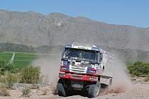 Tatra zvaná Fatboy ve třetí etapě Martina Kolomého nezradila, i když se Tatře v těžkém terénu utrhlo dofukování kol.